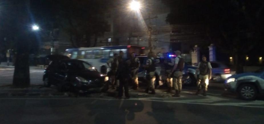 Perseguição termina em troca de tiros e acidente de carro em frente ao prédio de Ivete Sangalo