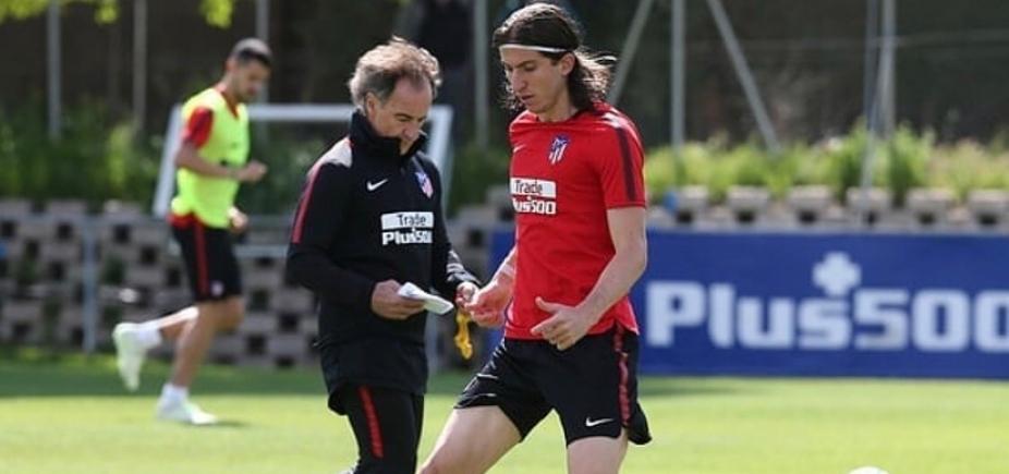 Filipe Luís volta a treinar com bola 43 dias depois de fratura