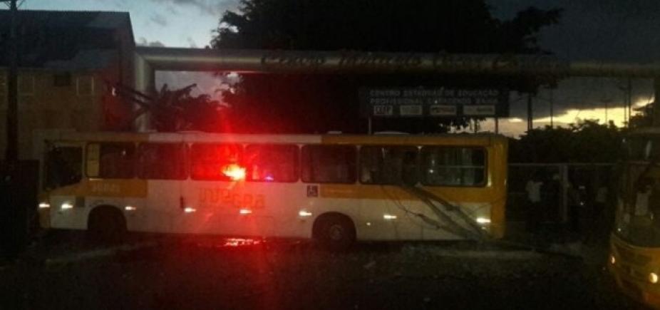 Ônibus bate em poste e deixa feridos na Cidade Baixa