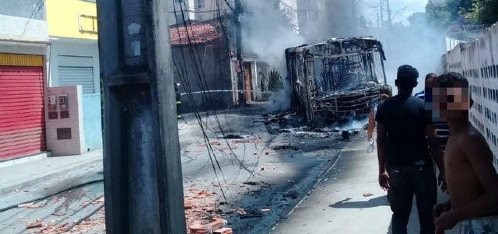 Ônibus continuam sem circular em rua do Jardim das Margaridas após incêndio em coletivo