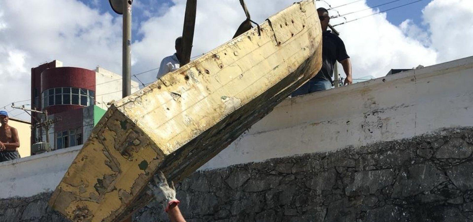 Prefeitura remove quatro carcaças de barcos e dezenas de objetos na praia do Rio Vermelho