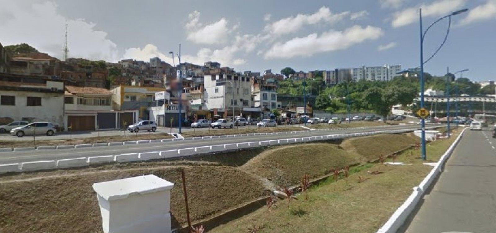Motorista desvia de pedestre e ônibus bate em canteiro na Vasco da Gama