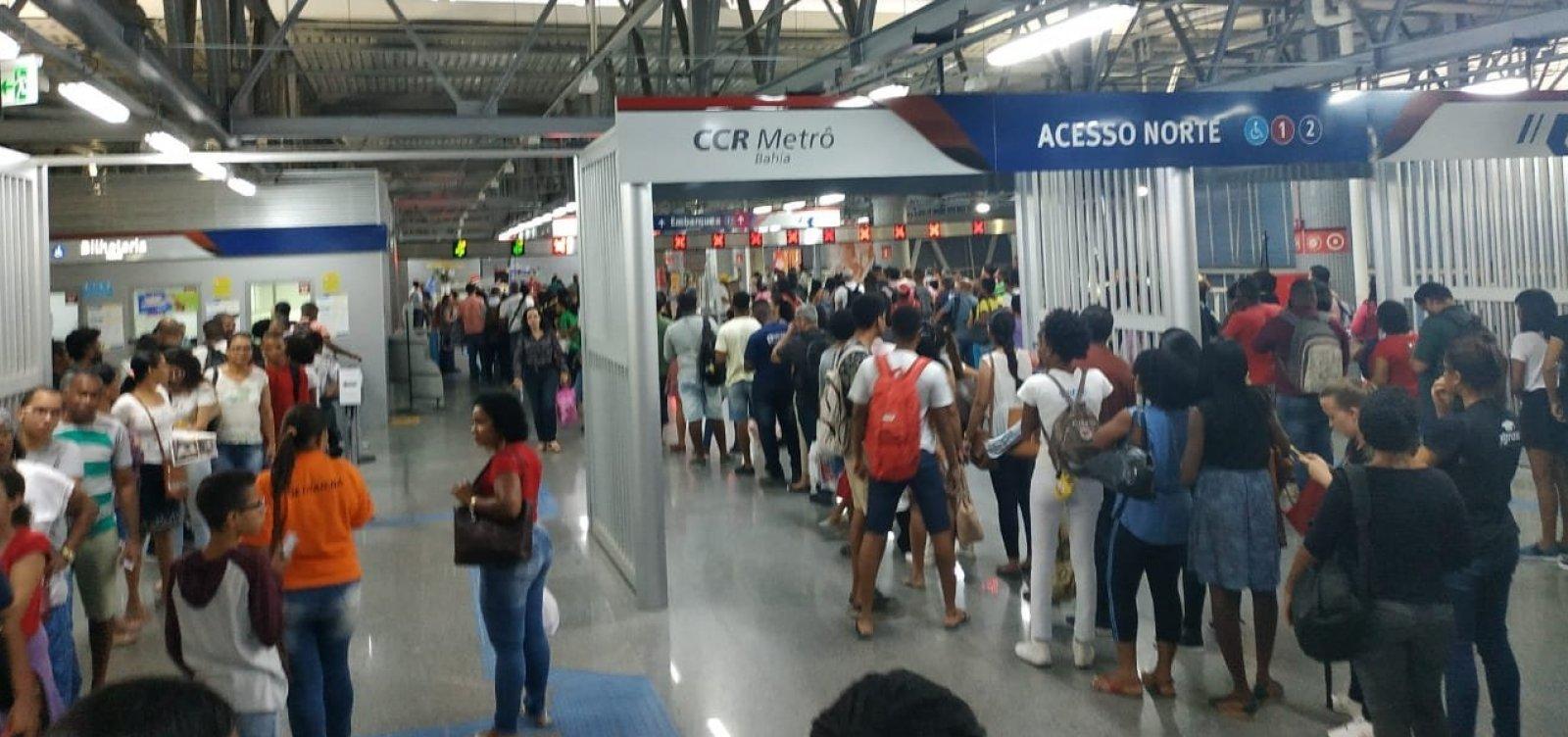 Catracas do metrô param e passageiros penam em filas