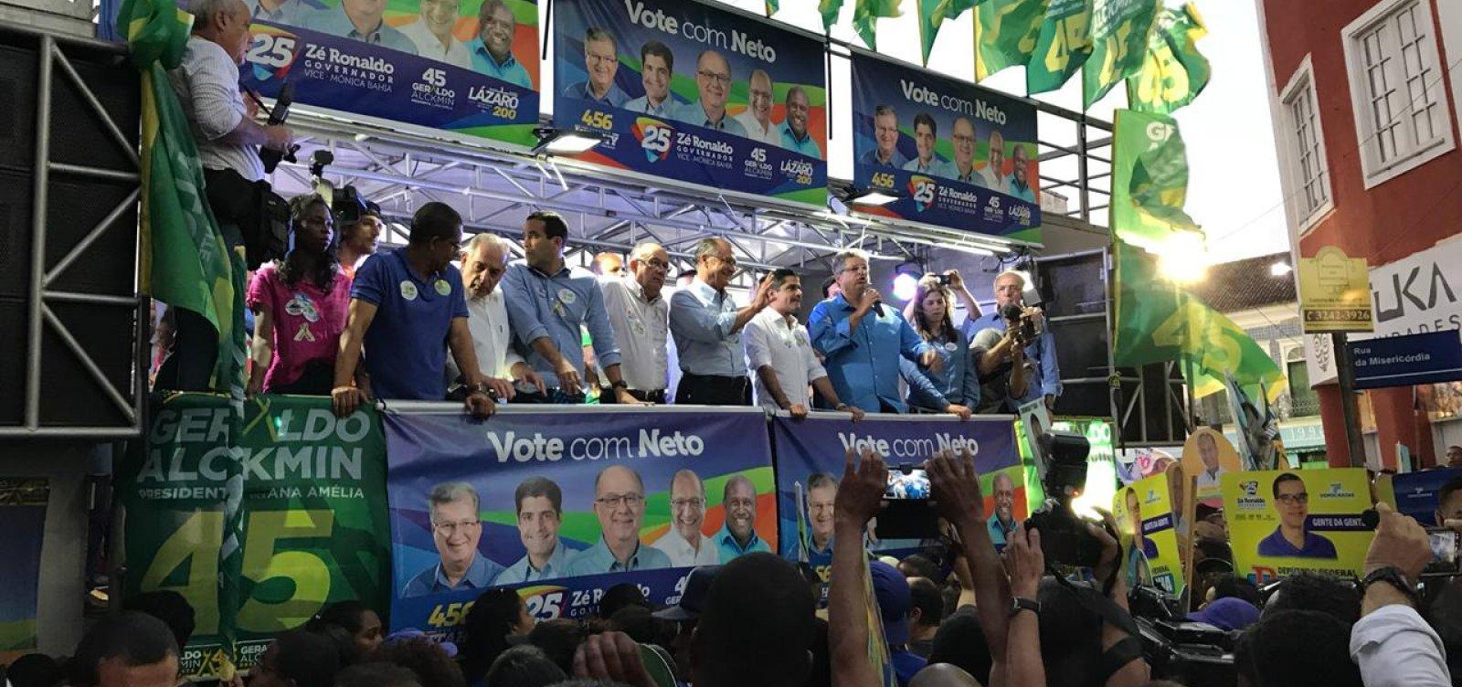 Mulher com pau de selfie causa mal-entendido durante comício de Alckmin em Salvador