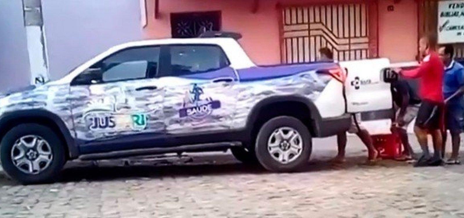 Imagens mostram veículo da Secretaria Municipal de Saúde transportando cerveja no interior da Bahia