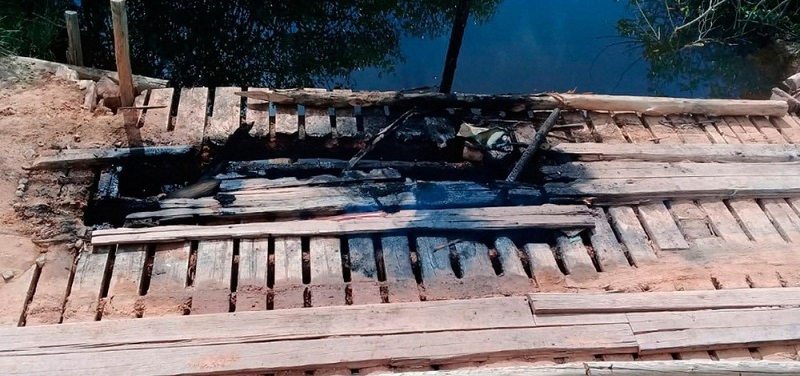 Ponte que dá acesso a distrito no sul do estado é incendiada