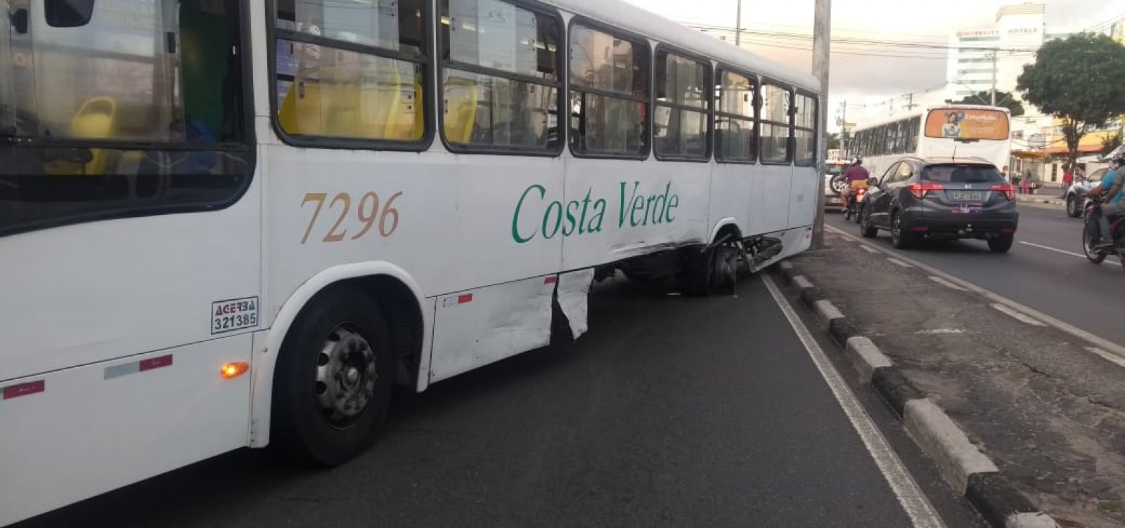 Colisão entre carro e ônibus congestiona Estrada do Coco; veja trânsito