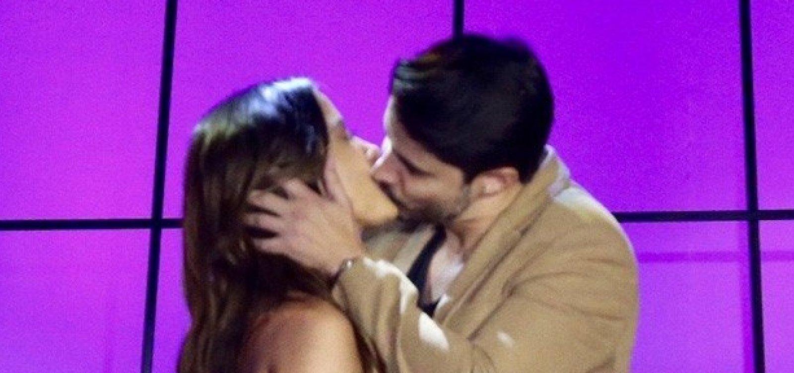 Cantor tasca beijão em Anitta: 'Bom pra caramba'