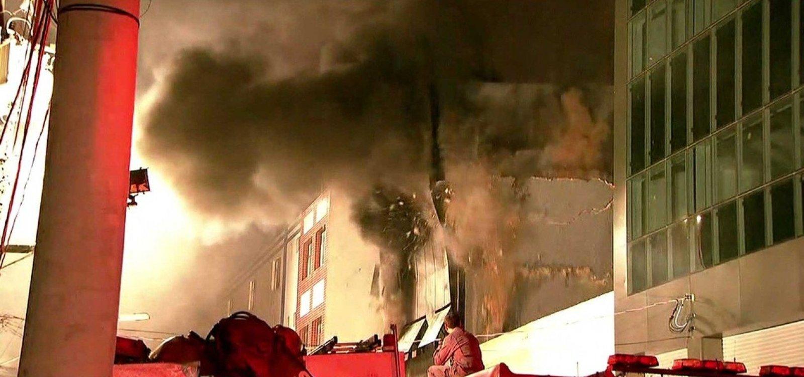 Prédio desaba após pegar fogo em São Paulo