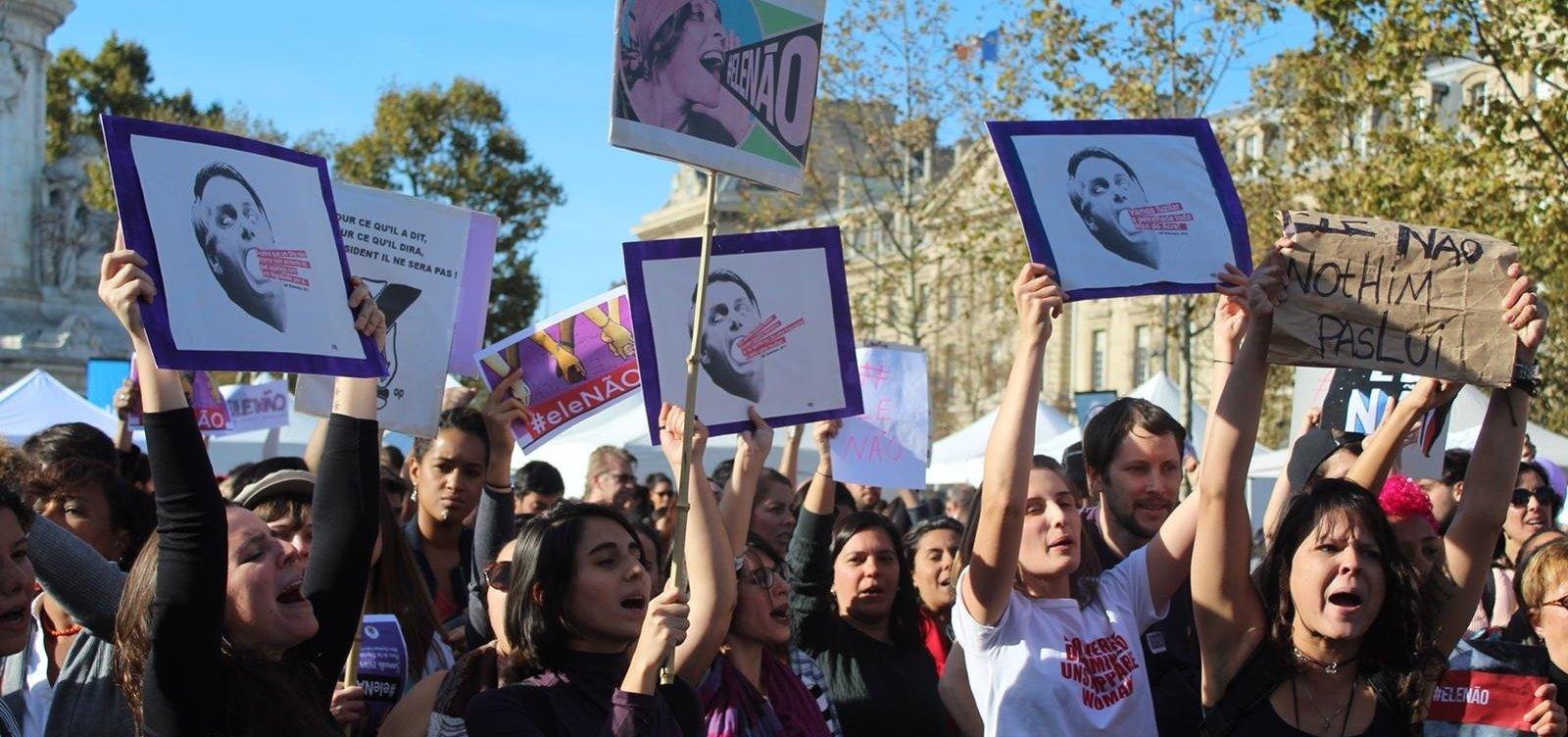 Mulheres realizam ato contra Bolsonaro em Paris