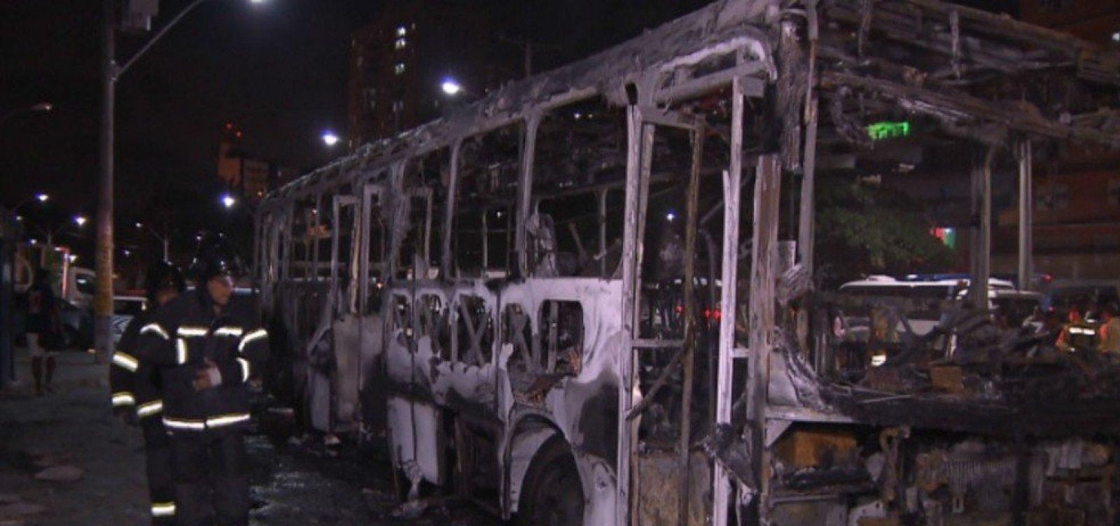 Bandidos incendeiam ônibus no bairro das Sete Portas