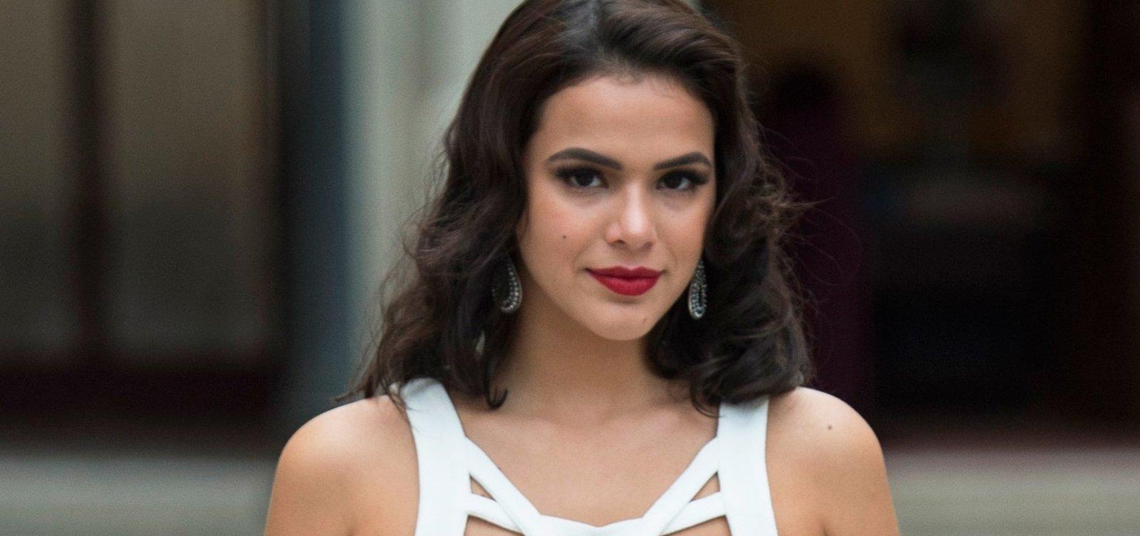 Bruna Marquezine não é reconhecida por fotógrafos em desfile na França, diz colunista