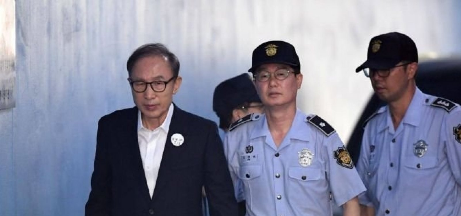 Ex-presidente da Coreia do Sul é condenado a 15 anos de prisão