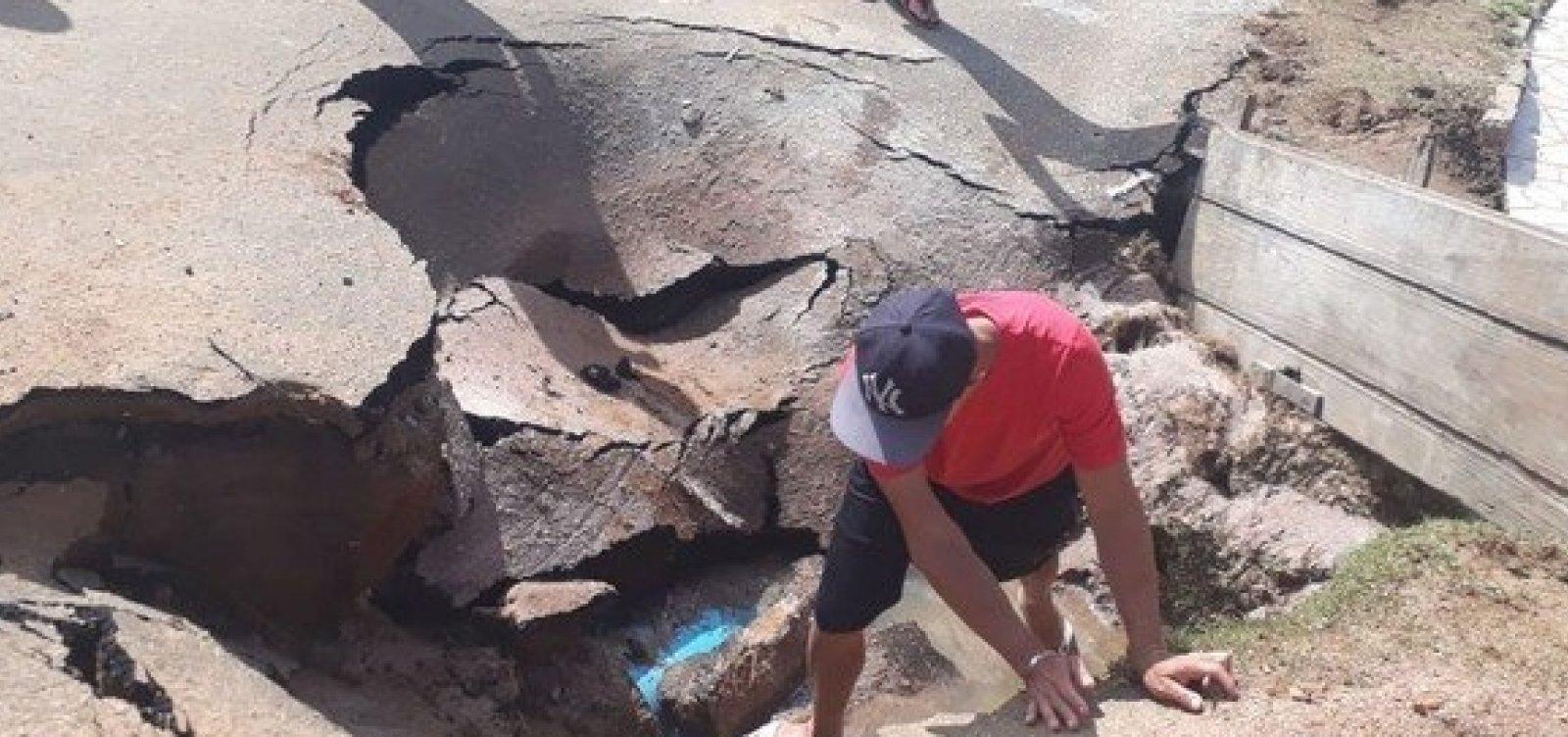 Tubulação rompe e alaga ruas e casas em bairro de Vitória da Conquista