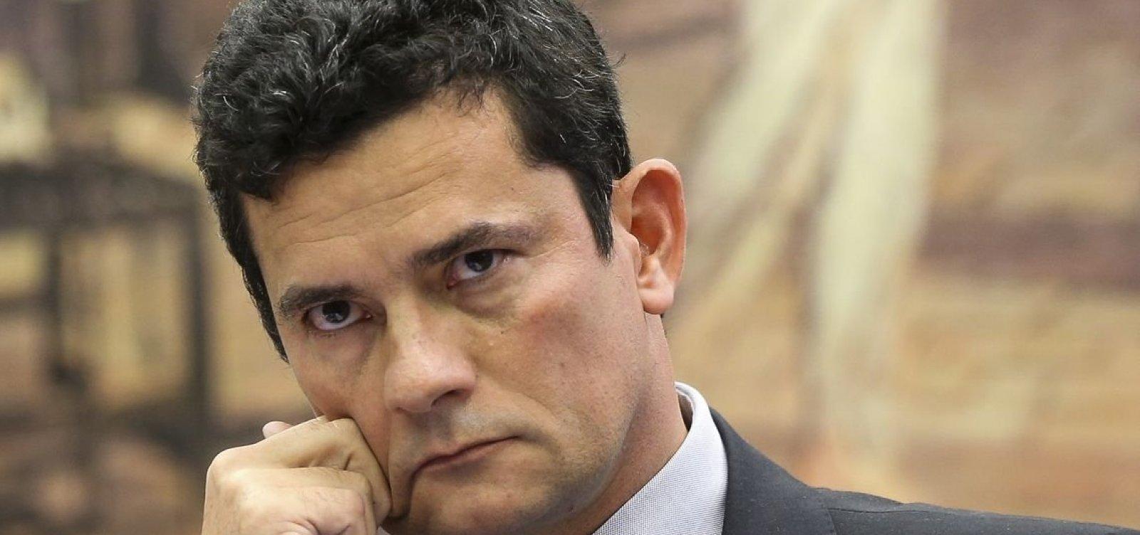 Moro é recebido por populares ao votar em Curitiba
