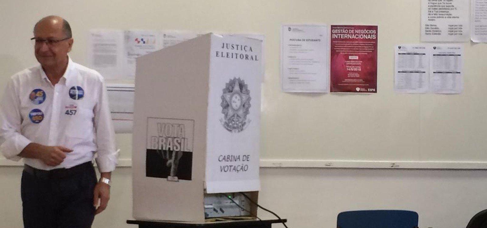 Ao lado de Doria, Alckmin vota em São Paulo