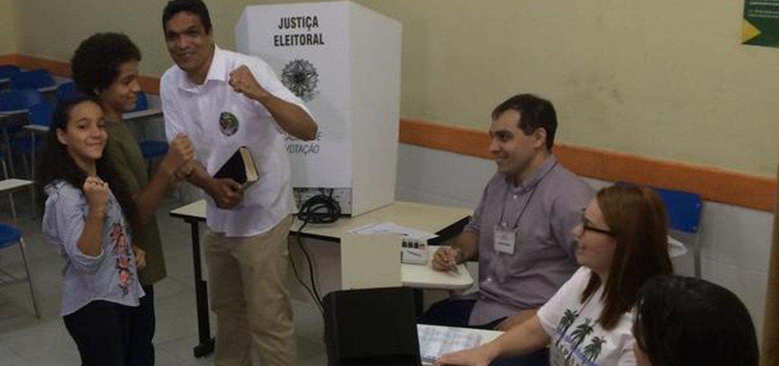 Daciolo vota no RJ e se diz 'decepcionado' com bancada evangélica