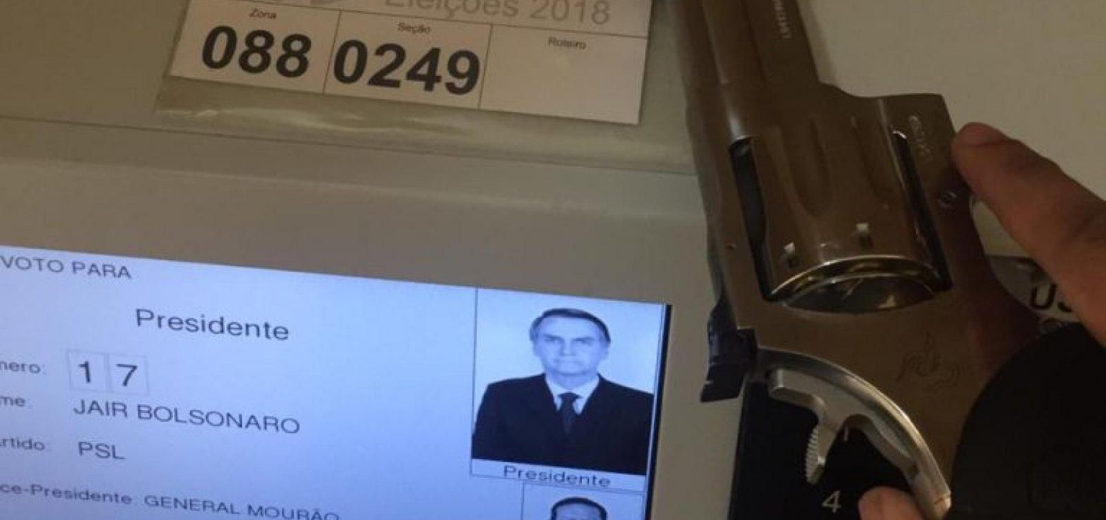 Vídeo mostra eleitor de Bolsonaro armado na cabine de votação