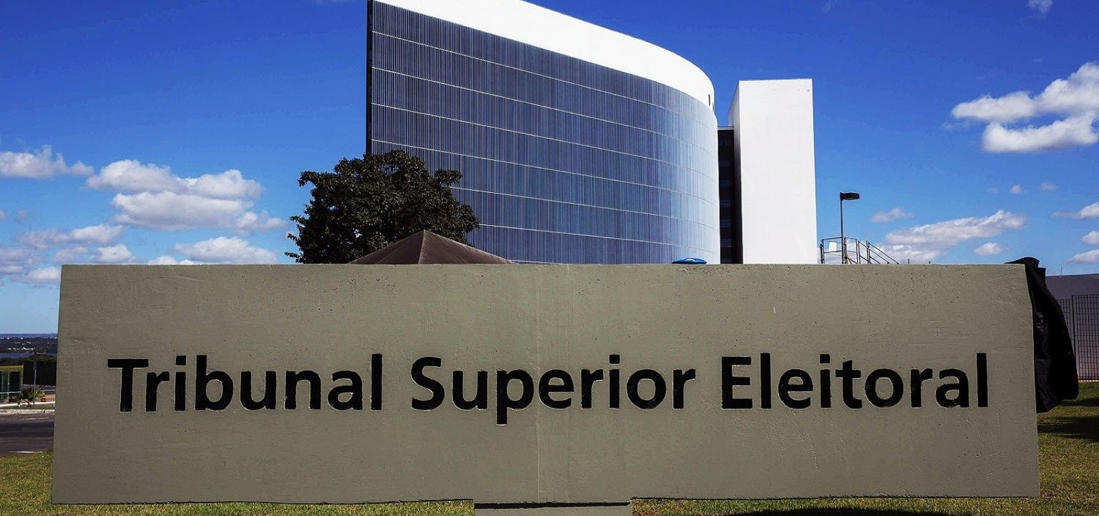 TSE apura imagens de eleitores com armas sobre urnas eletrônicas
