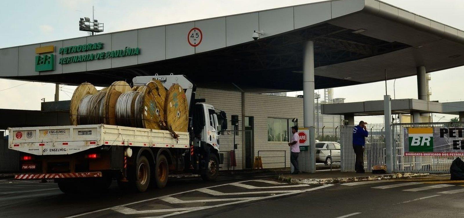 Preço da gasolina nas refinarias cai 0,9% amanhã