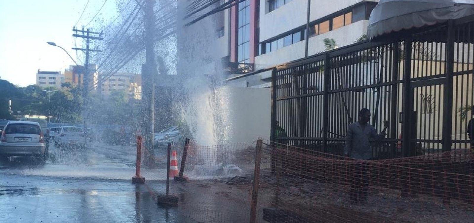 Vazamento de água causa congestionamento na ACM