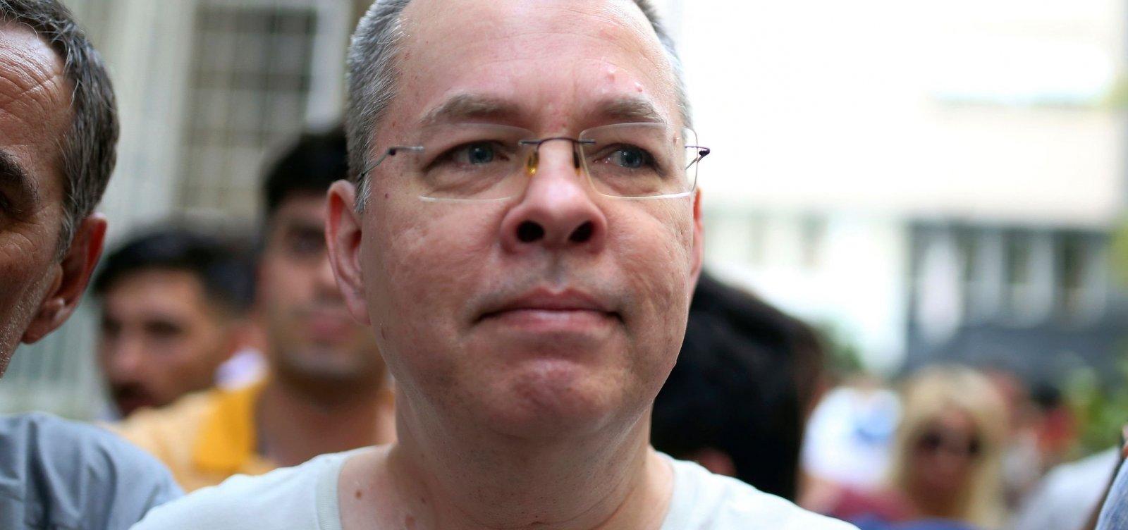 Pastor americano acusado de terrorismo é condenado a três anos de prisão na Turquia