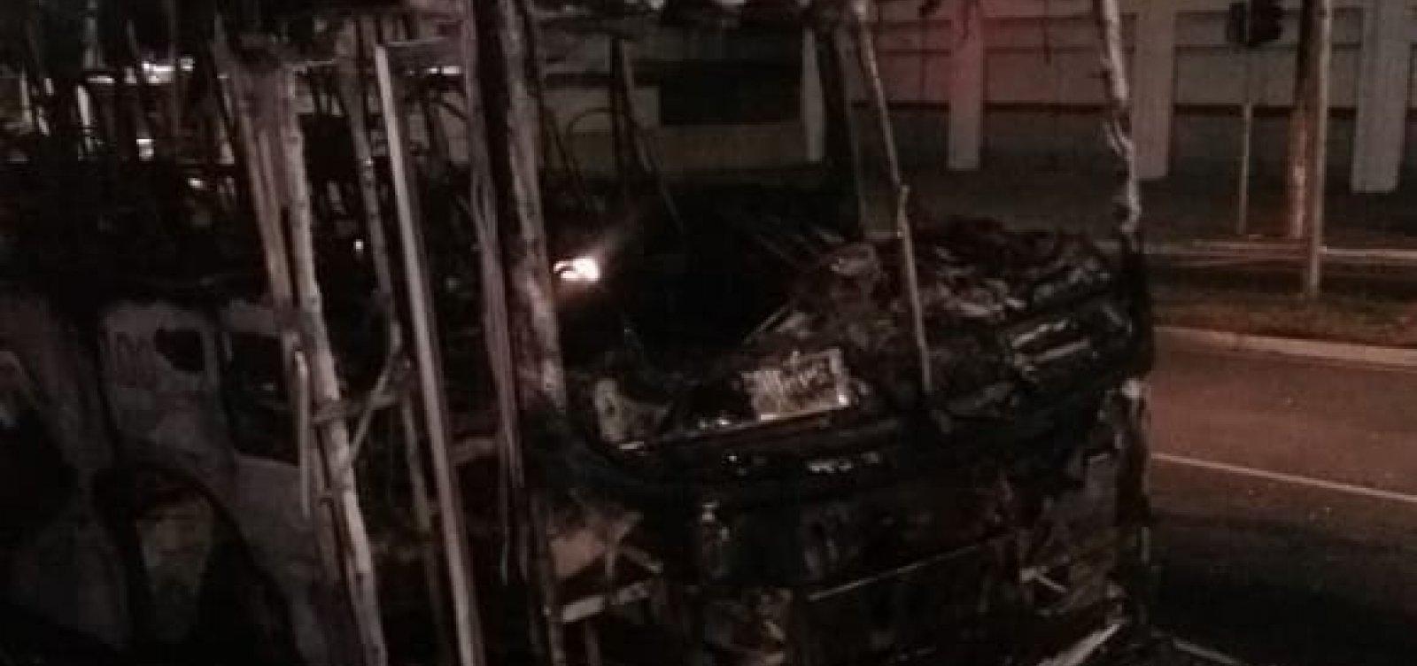 Ônibus pega fogo na Avenida Dorival Caymmi