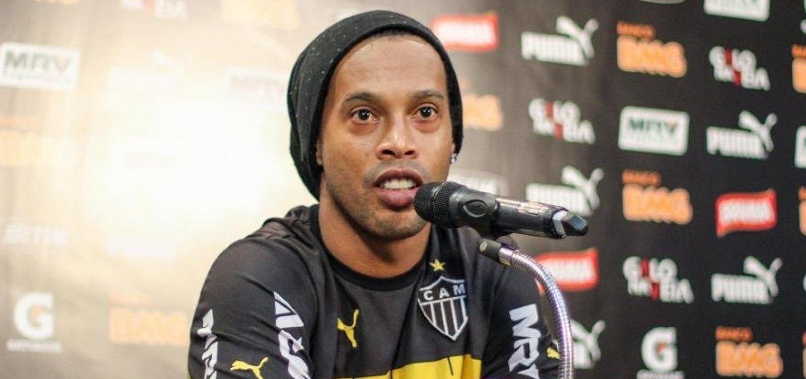 Barcelona retira status de embaixador de Ronaldinho após apoio a Bolsonaro