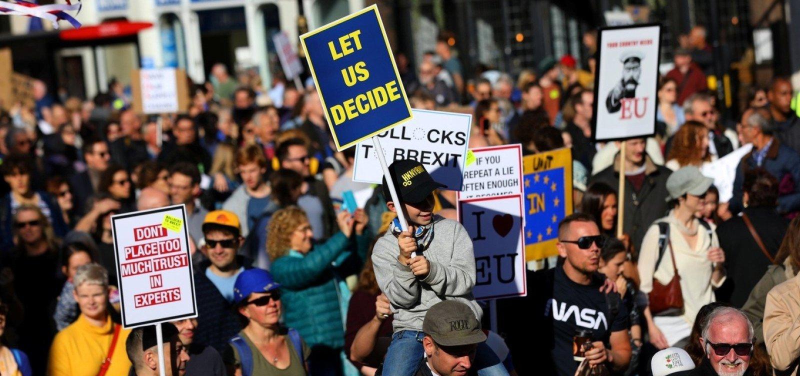 Milhares de pessoas vão às ruas de Londres em protesto contra o Brexit