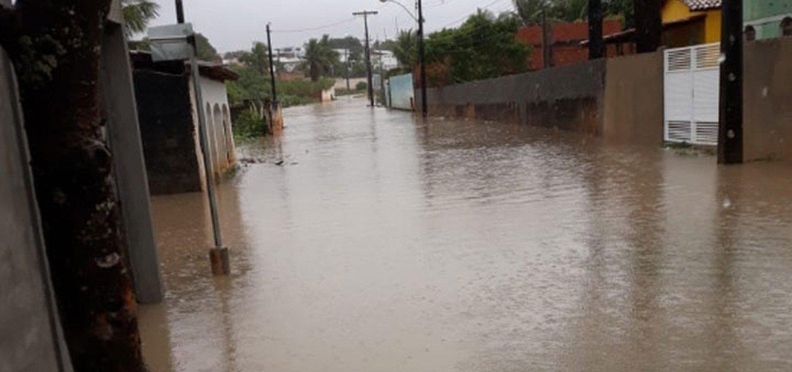 Alagoinhas: chuva forte alaga ruas e residências