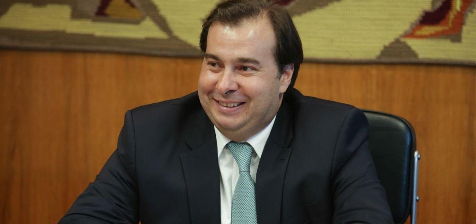 Para tentar aproximação com Bolsonaro, Maia vai colocar em pauta agenda pró-armas