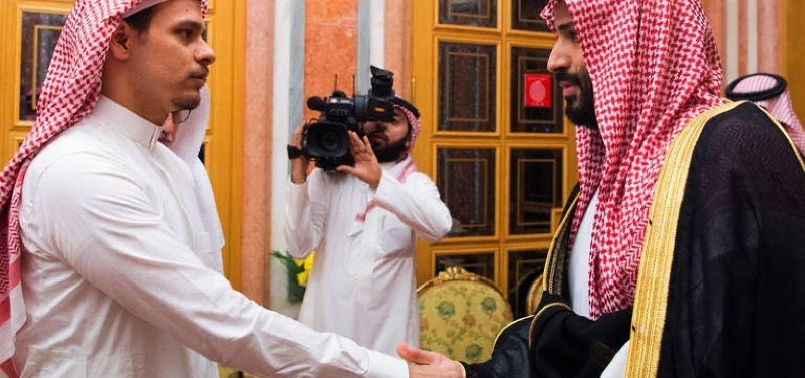 Filho de jornalista assassinado deixa a Arábia Saudita com a família, diz ONG