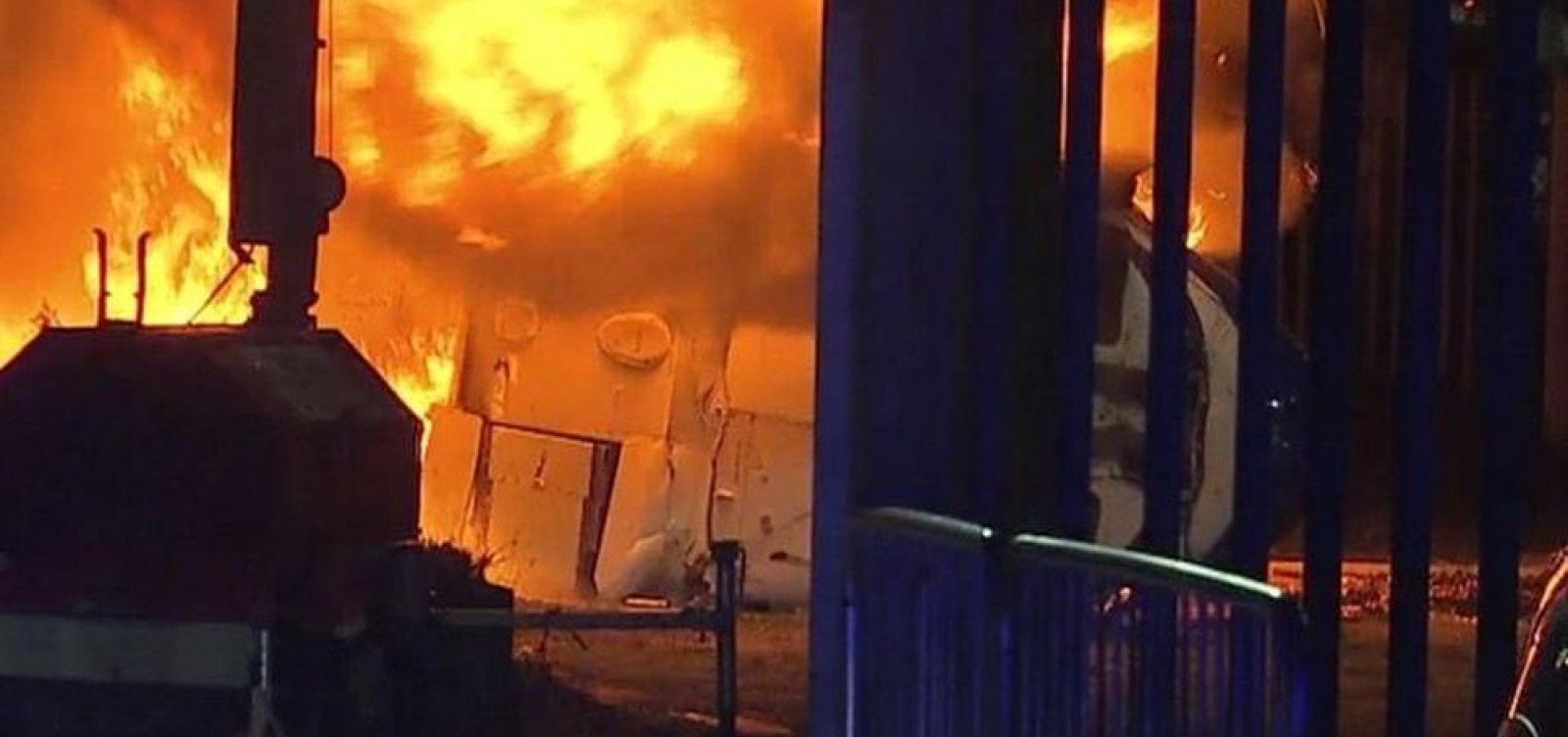 Helicóptero de dono de time inglês cai do lado de fora do estádio e explode