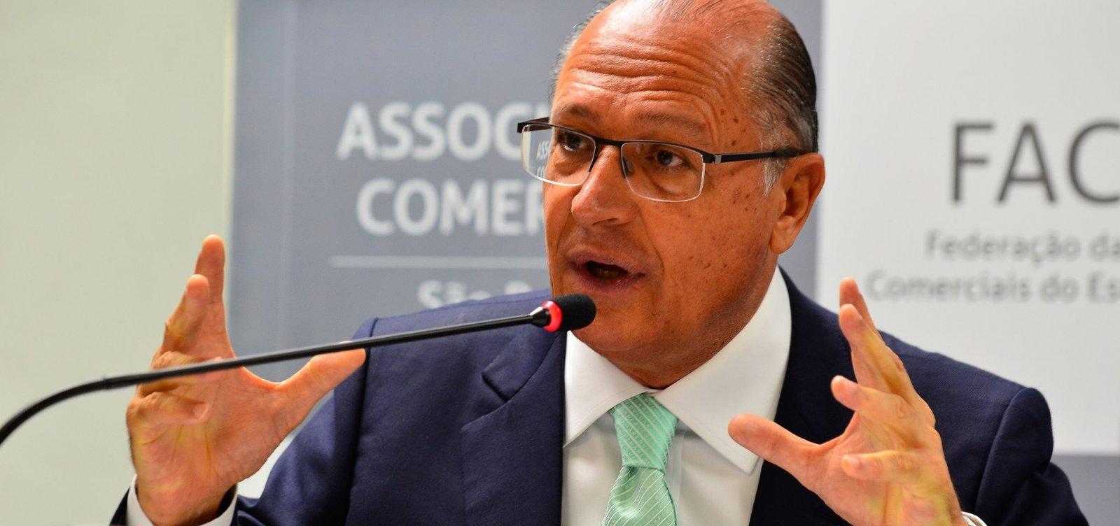 Em colégio eleitoral, Alckmin destaca democracia e não revela voto
