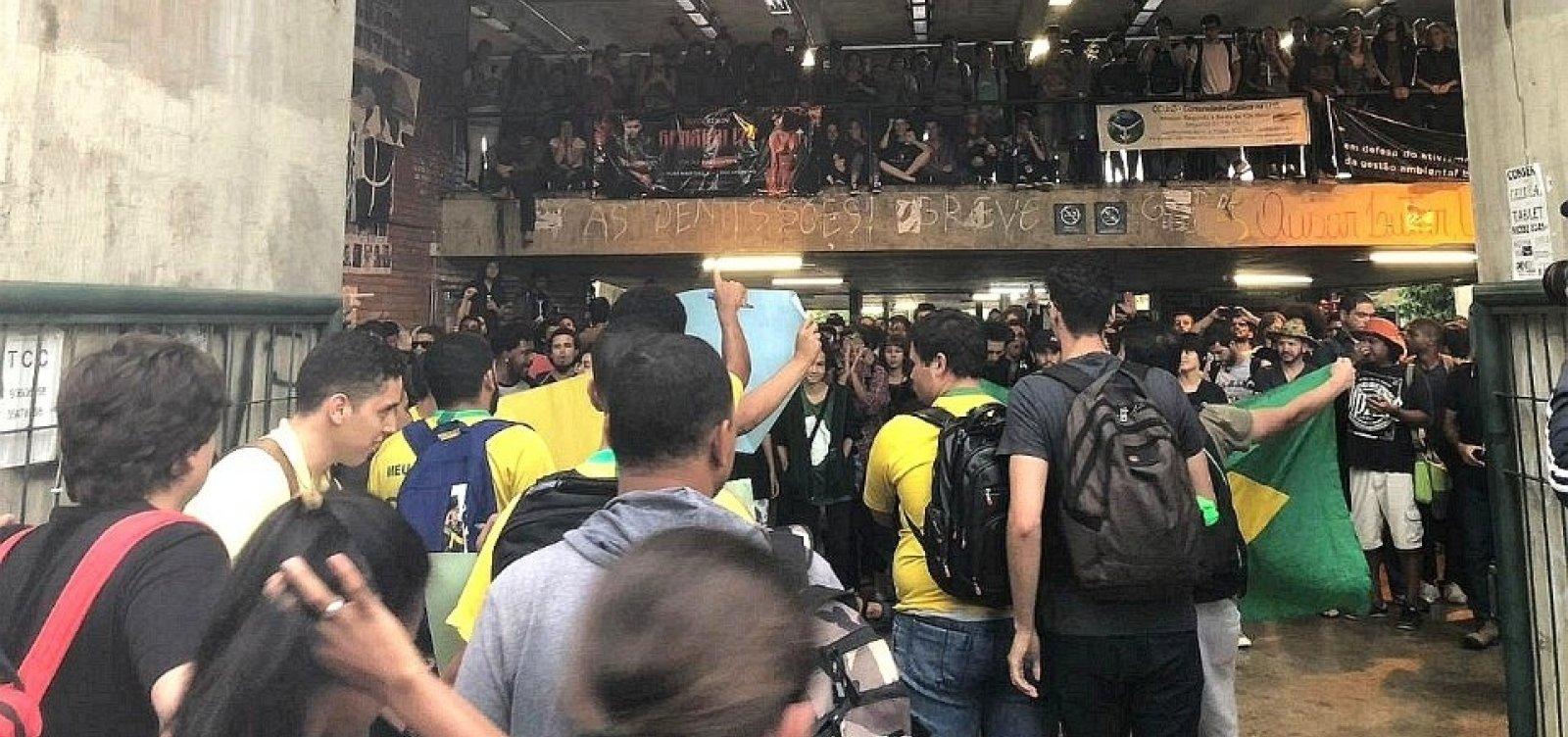 Manifestantes pró e contra Bolsonaro entram em confronto na UNB