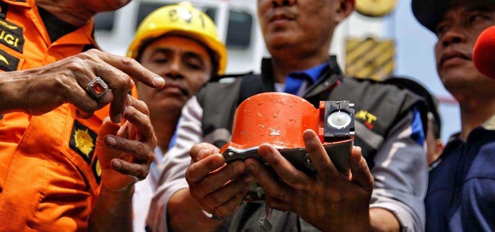 Autoridades encontram caixa-preta de avião que caiu na Indonésia com 189 a bordo