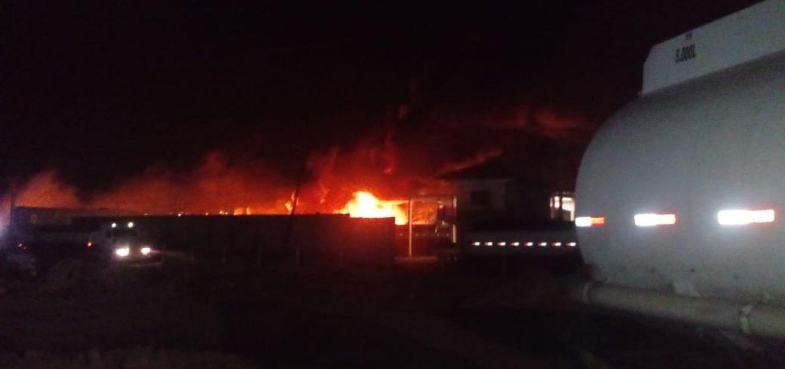 Explosão em garagem deixa vítima com 95% do corpo queimado em Candeias, na Bahia