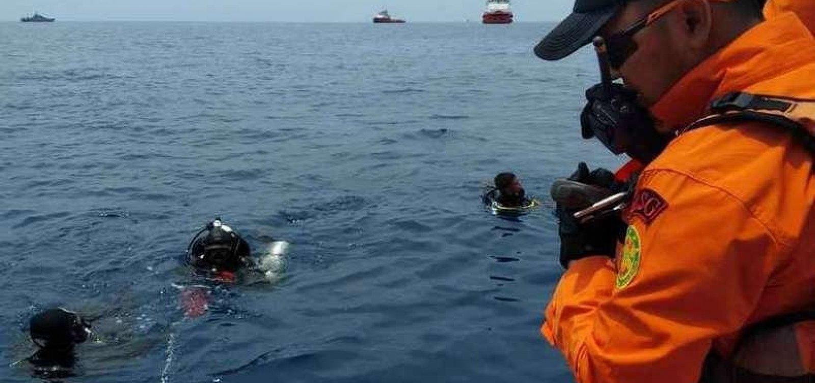 Morre um dos mergulhadores que procurava caixa-preta de avião que caiu na Indonésia