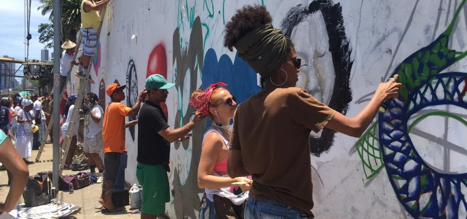 Em protesto a pichações, artistas e integrantes do candomblé pintam muro de terreiro em Salvador