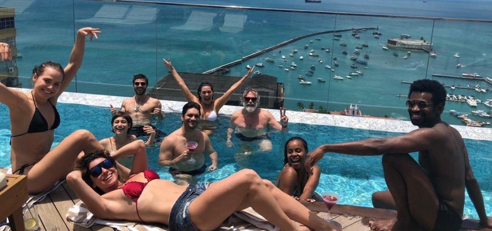Entre gravações, elenco de Segundo Sol curte piscina no Fera Palace Hotel