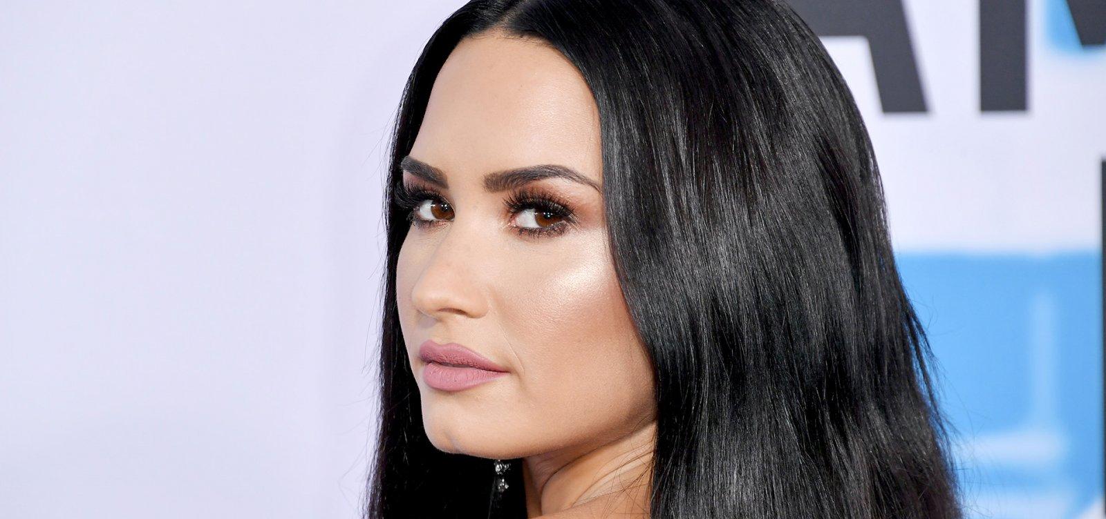 Demi Lovato vota e volta às redes sociais após deixar clínica de reabilitação