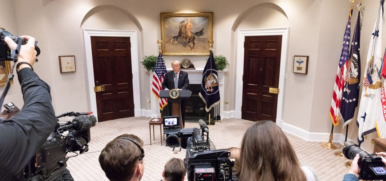 Trump sobe o tom e bate boca com imprensa americana em entrevista