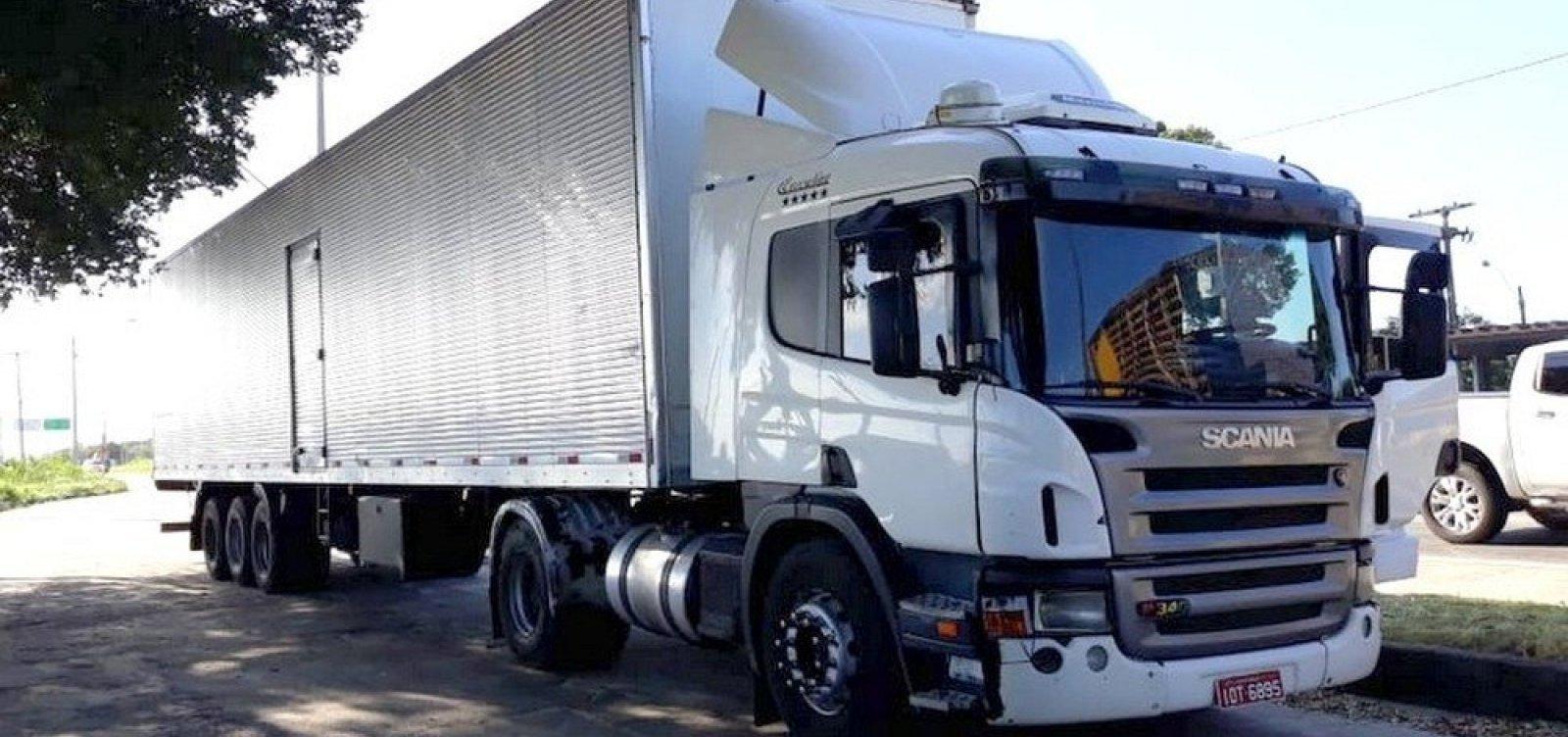 Homens roubam 24 toneladas de bebida alcoólica em caminhão na BR-101