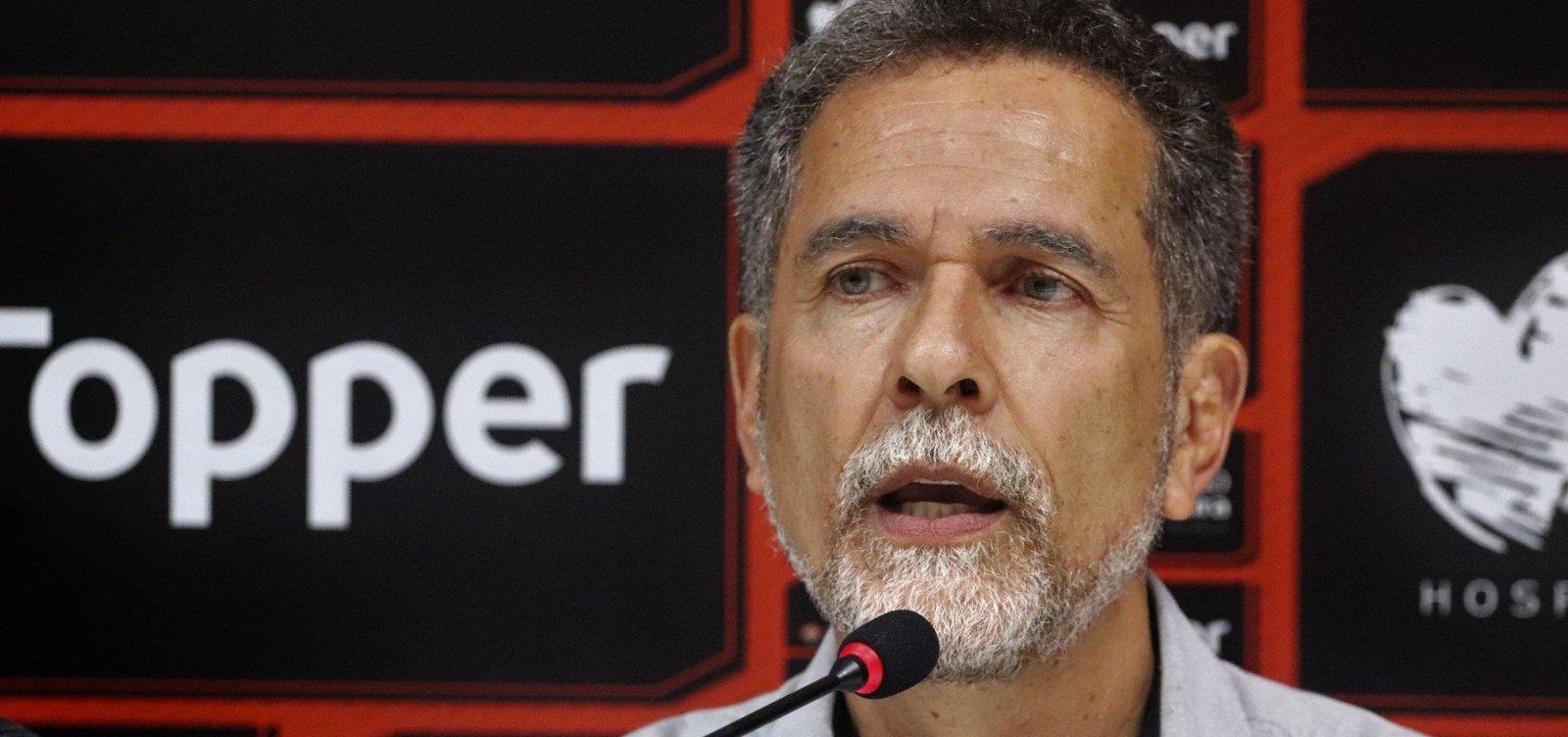 Discussão, carteira de trabalho e luvas: presidente do Vitória esclarece caso de Escudero