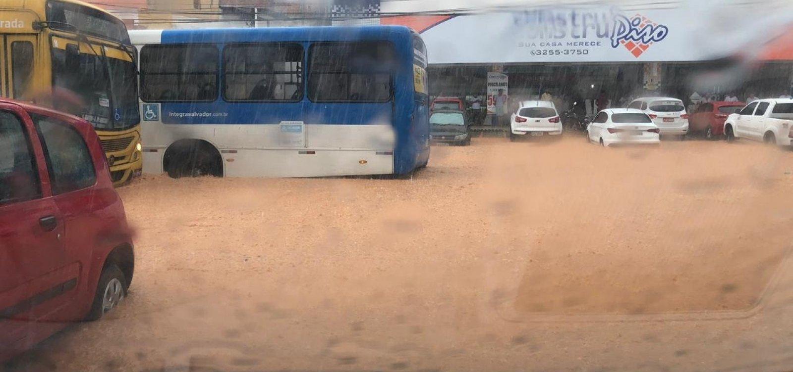 Chuva alaga avenidas e provoca transtornos em Salvador; veja