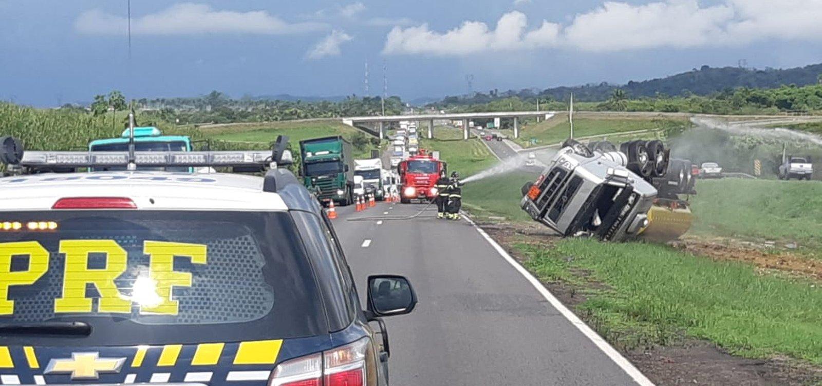 Após acidente com caminhão-tanque, trânsito é liberado na BR-324