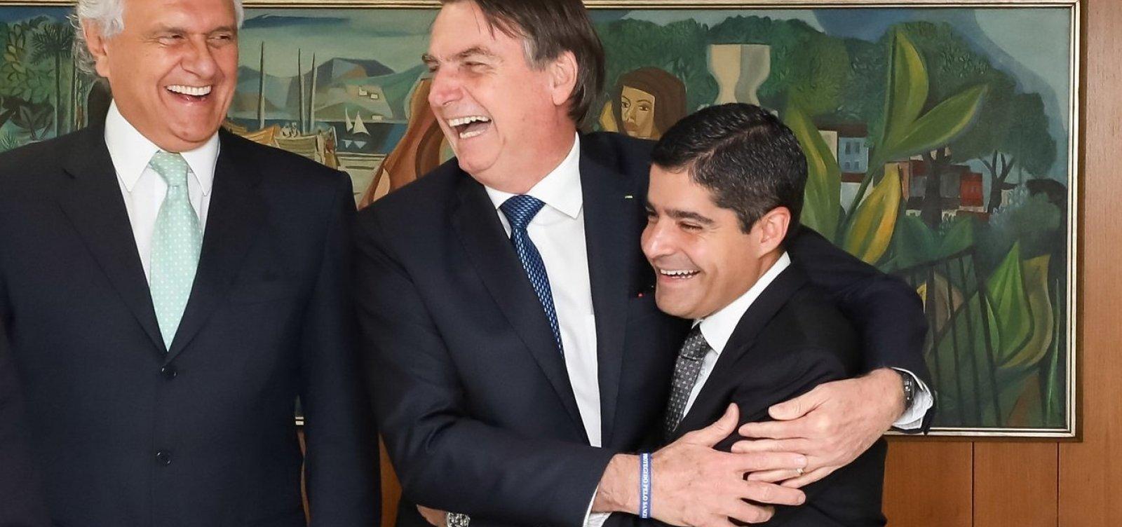 Foto de ACM Neto abraçado com Bolsonaro vira piada entre líderes partidários