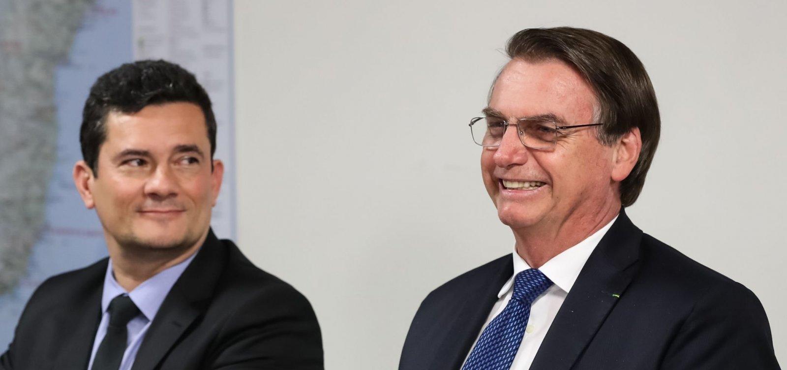 'Me dei mal. Pode pegar o meu lugar', diz Bolsonaro para Moro, rindo