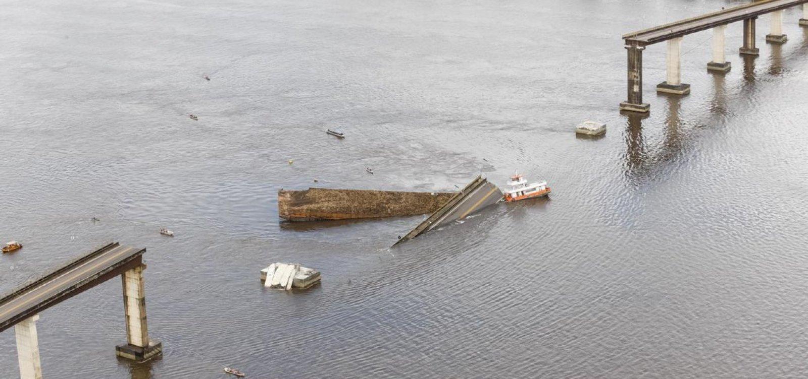 Dois veículos caem em rio após balsa bater e causar desabamento de ponte no Pará
