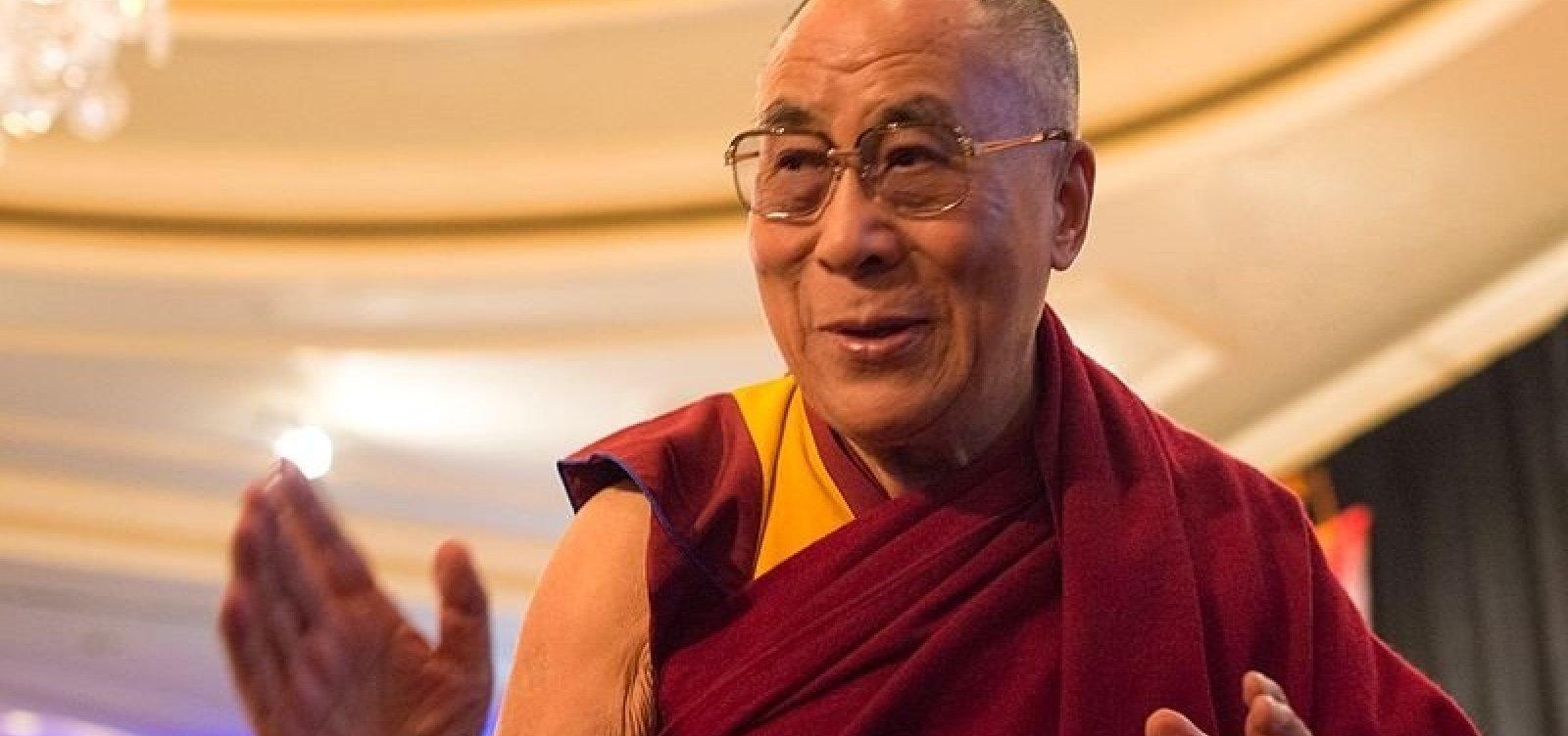 Com dores no peito, 14º Dalai Lama é internado na Índia